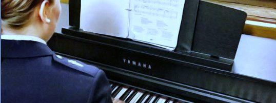 Kuoronjohtaja pianon ääressä