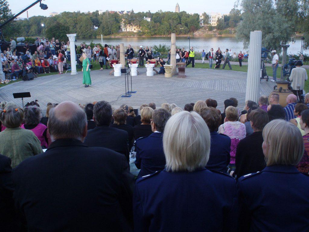 kuorolaisia odottamassa omaa vuoroa Oopperan lavan katsomossa.